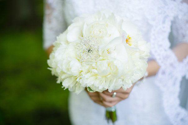 Букет-невесты-с-пионами-и-орхидеями