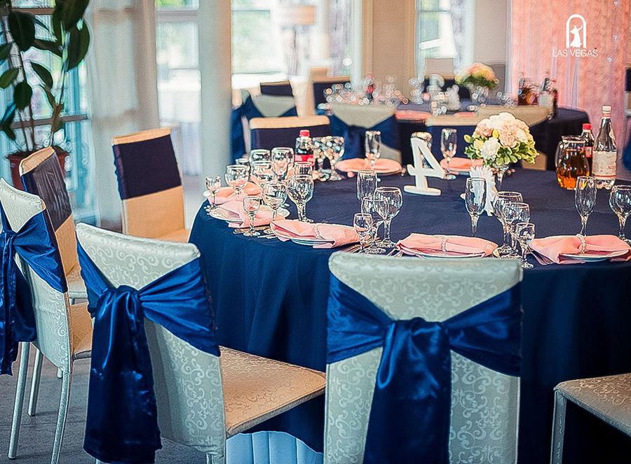 Декор-зала-в-синем-и-персиковом-цвете