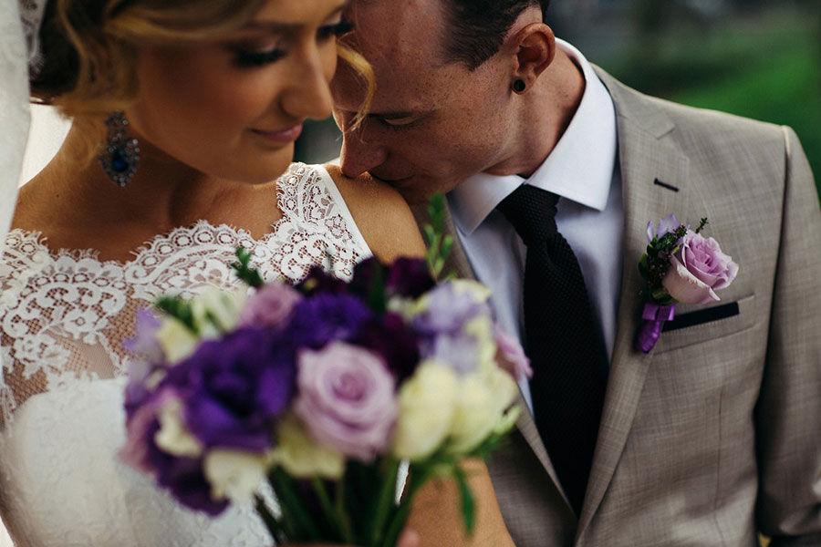 Свадебный-букет--с-розами-и-лизиантусом