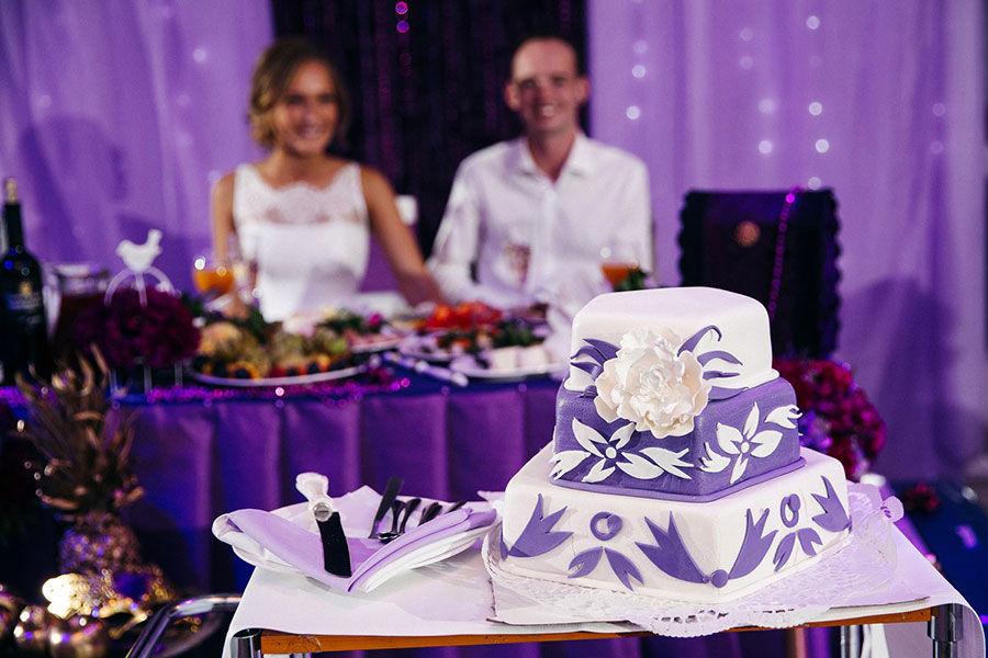 Свадебный-торт-в-сиреневой-гамме
