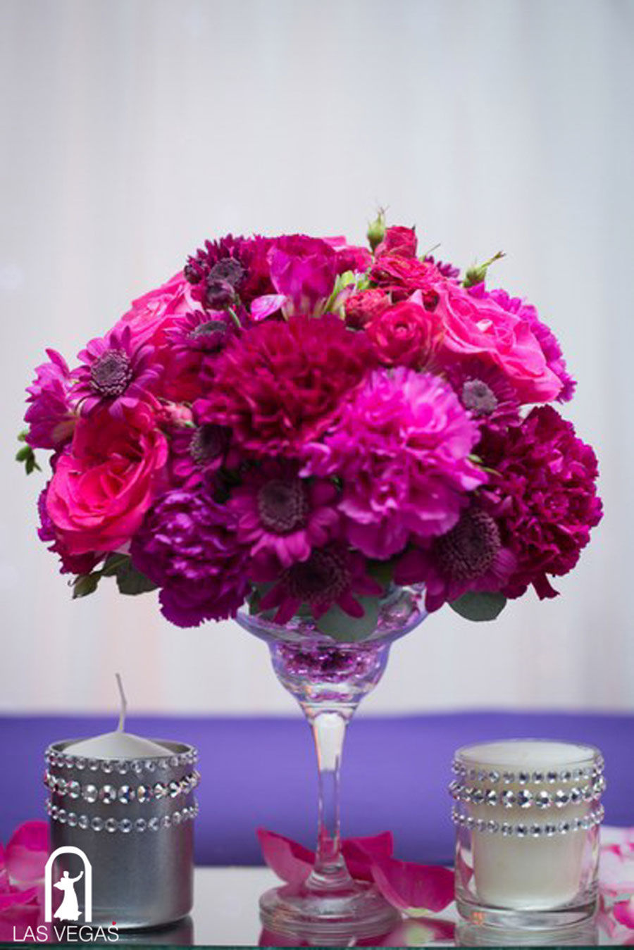 Цветочные-композиции-на-свадьбе-в-малиновом-цвете