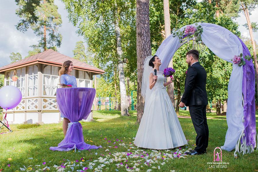 Выездная-регистрация-брака-в-сиреневом-цвете