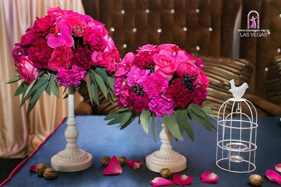 Композиции-из-гвоздик-и-орхидей-в-цвете-фуксия-на-президиум